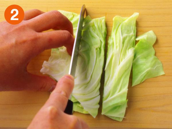 キャベツのざく切り 2 さらに一口大に幅3〜4cmになるように切り分ける。