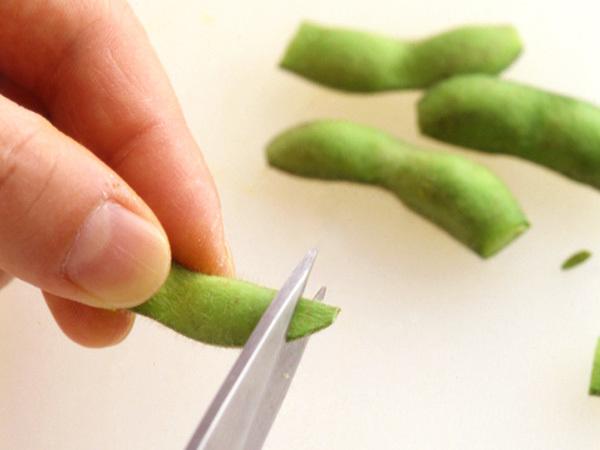 枝豆の両端を切る