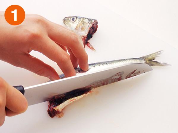 いわしを手開きにする1(切り口から腹の真ん中にかけて、斜めに身を切り落とす)