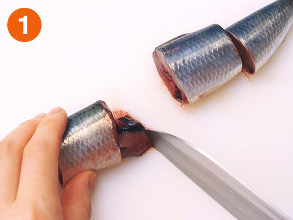 いわしを筒切りにする1(身を長さ3〜4cmに切る)
