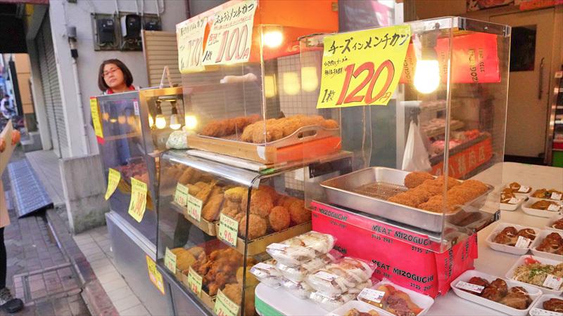雑色商店街の精肉・デリカ店「肉のミゾグチ」店頭のショーケース