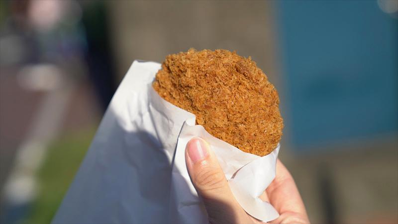 雑色商店街の精肉・デリカ店「肉のミゾグチ」メンチカツを食べる