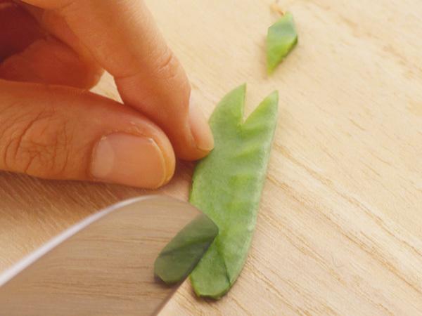 矢羽根を作る(包丁の刃先で、両端にV字形に切り込みを入れる)