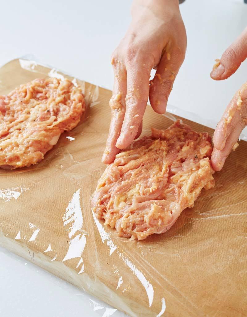 作り方写真:とんカツ用肉の形に成形する。
