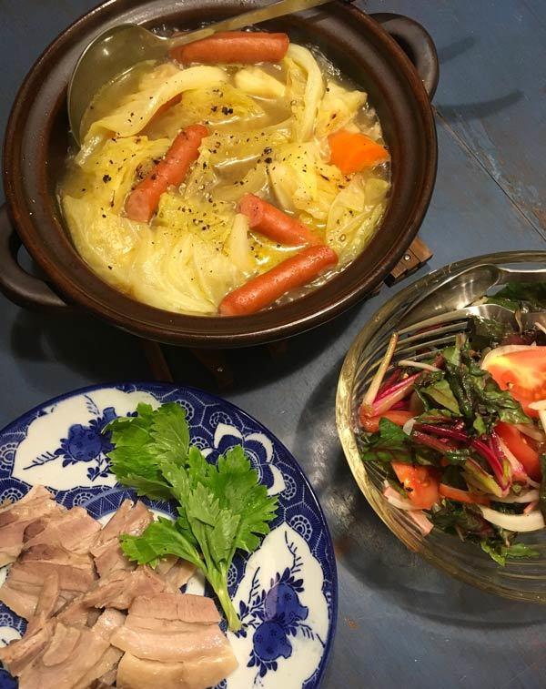 前夜の「野菜とソーセージのポトフ」の残り、それに数日前に夫が作った「鶏のソテー」の残り