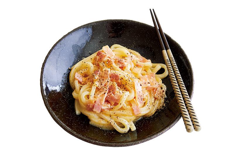 【レシピ公開】レンチン1回! 卵と粉チーズで絶品カルボナーラ風うどんが完成!