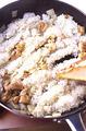直径24cmくらいのフライパンにバター大さじ1を弱めの中火で熱し、バターが溶けたら、鶏肉と玉ねぎを炒める。鶏肉の色が変わり、玉ねぎが透き通ったら、塩、こしょう各少々をふって混ぜる。中火にし、ご飯を加えてほぐしながら、フライパン全体に広げる。