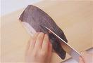 加熱したときに皮が縮んだり破れたりしないように、皮目に切り込みを入れてから調理します。かれいを縦に置き、包丁の刃先で縦に2本、浅く切り込みを入れて。こうすることで、火の通りもよくなります。