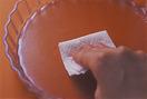 ●クリームチーズは冷蔵庫から出して室温に30分ほど置き、指で押すとすっと入るくらいまで柔らかくする。 ●万能こし器にペーパータオルを敷いて器などで受け、ヨーグルトを入れ、冷蔵庫に30分ほど入れて水きりをする。 ●型にペーパータオルでサラダ油を薄く塗る。