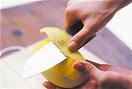 マンゴーペーストを作る。マンゴーは片手でしっかりと持ち、包丁で縦に皮をむく。マンゴーを少しずつ回しながら、ぐるりと一周むくようにする。果肉の部分を持つときは、すべりやすいので注意して。