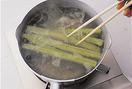 鍋に湯を沸かし、ふきを塩を洗い落とさずに入れて2~3分ゆで、すぐに冷水にとってさまします。こうしてゆでることでふきが柔らかくなり、えぐみのもととなるアクが抜けます。