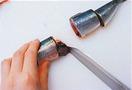 筒切りにします。身を長さ3~4cmに切り、切り口に包丁の刃先を入れて、はらわた(内臓)をかき出します。切るときは2と同様に、ある程度切り進んで刃が骨に当たったら、一気に下ろすときれいに切れます。