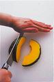 かぼちゃは種とわたを取り、皮つきのまま厚さ6mmのくし形に切って、さらに横半分に切る。