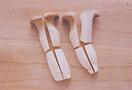 エリンギはあれば石づきを切り、縦4等分にし、長さを半分に切る。