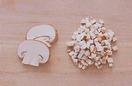 マッシュルームは土のついた石づきが残っていれば切り、幅5mmに切る。形のいい12枚は、小麦粉を薄くまぶし、残りは粗いみじん切りにする。