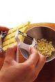 いちごはへたを切り、縦4等分に切る。板チョコは、ピーラーで端から薄く削る(包み紙の端の部分を残し、そこを握って削ると、チョコが溶けにくくなる)。