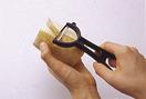 まず、両端を切り落とし、ピーラーで薄く皮をむきます。れんこんは繊維が縦に通っているので、ピーラーを縦方向に動かすと薄くきれいにむけます。