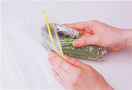 一度に1わを使いきらない場合は、ゆでてから冷凍保存するのがおすすめです。右記を参照してゆで、水けをしっかりと絞ってラップで包み、密閉できる保存袋に入れて冷凍庫へ。炒めものやおひたしにするときは、室温に置いて自然解凍するか、熱湯にくぐらせてから、水けを絞って使います。煮ものなどにする場合は、凍ったまま使って大丈夫です。