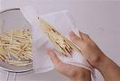 ざるに上げ、ペーパータオルなどで水けをよく拭き取ります。とくに揚げる場合は、水けが残っていると油がはねる原因になるので、しっかりと拭き取って。
