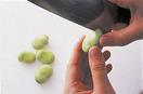 ●そら豆はさやから出し、黒い部分の反対側に、包丁で縦に1本浅い切り目を入れる。熱湯で2分ほどゆで、ざるに上げてゆで汁をきり、粗熱が取れたら切れ目から皮をむく。 ●計量カップに溶き卵を入れ、冷水を加えて1/2カップにする。小さめのボールにころも用の小麦粉を万能こし器を通してふるい入れ、卵液を加えて、菜箸で粉っぽさが残る程度にさっくりと混ぜる。