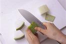 大きいままでは皮がむきにくいので、手で持ちやすいように、大きめの一口大に切ってから皮をむきます。