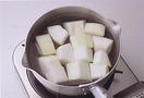 たっぷりの熱湯で4~5分下ゆでしておくと、アクが抜け、味がしみ込みやすくなります。