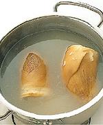 ゆで汁につけたまま完全にさまし、よく洗って皮をむく。保存する場合はかぶるくらいの水とともに密閉容器に入れ、毎日水を取り替える。冷蔵庫で3~4日保存可能。