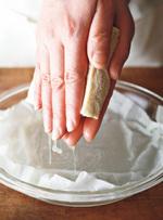 保存袋から取り出し、耐熱皿にのせる。電子レンジで3 分加熱して上下を返し、さらに2分30秒加熱する。ペーパータオルをはずす。粗熱を取り、両手で豆腐をはさんで、かるく水けを絞る(絞りすぎないよう注意)。