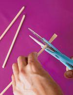 割り箸はそれぞれ割り、キッチンばさみで切り込みを入れて長さ15cmに折る。