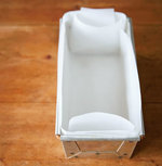 ・ラズベリー以外の材料は室温にもどす。 ・パウンド型に20×30cmに切ったオーブン用シートを敷き込む(四隅の重なり合う部分は切り込みを入れる)。 ・バニラビーンズは縦半分に切り、ナイフの背で種をしごき出す。 ・やかんなどで湯を沸かす。 ・オーブンを200℃に予熱する。