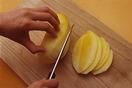 マンゴーを切る。  小さめの器に水大さじ3を入れ、粉ゼラチンをふり入れてふやかす。マンゴーは皮をむき、種を避けて端から薄切りにし、細かく刻む。