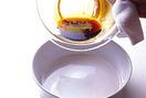 フライパンに注ぎ入れるための熱湯を沸かしはじめる。キャラメルソースを作る(<strong>下記、注意書きもご参照ください</strong>)。耐熱のボールに砂糖と水を入れて混ぜ、ラップをかけずに電子レンジ(600W使用)で3分~3分30秒加熱する。濃いきつね色になったら取り出し、木べらを伝わせながら、少しずつ熱湯を注ぐ(一気に注ぐとはねるので注意する)。全部注いだら木べらでなめらかになるまで混ぜ、プリン用の耐熱の器に流し入れる。