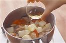 豚肉はボールに入れ、塩、こしょう各少々をふって手でもみ込み、10分ほどおいてからペーパータオルで水けを拭く。かぶはよく洗い、皮つきのまま小さめの一口大に切る。パプリカは縦半分に切ってへたと種を取り、2cm四方に切る。かぶの葉は長さ4cmに切る。計量カップに煮汁の材料を混ぜ合わせる。