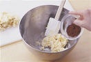 生地の2/3量はのし台に取り出す。ボールに残った生地にココアパウダーを加えて、まんべんなく混ぜる。