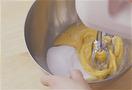 ボールに卵を割りほぐして、グラニュー糖とはちみつを加え、ハンドミキサーの中速で約5分(なければ泡立て器で大きく、勢いよく)泡立てる。