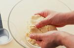 上白糖を加えて、白っぽくふわっと軽い感じになるまでよくすり混ぜ、2等分する。一方にプレーン生地の粉類、もう一方にココア生地の粉類を加え、手で練り混ぜる。生地が堅いようなら、牛乳大さじ1/2を目安にそれぞれ少しずつ加える。