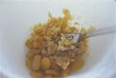 バニラアイスはゴムベらですくえるくらい、柔らかくなるまで室温に置く。白花豆はボールに入れ、フォークで粗くつぶす。