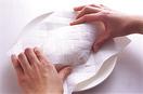 フライパンにバター大さじ1とサラダ油大さじ1/2を入れて中火にかけ、バターが溶けたら、【2】の卵液の1/2量を流し入れて全体に広げる。菜箸で大きく混ぜながら焼き、ふんわりと半熟状になったら、卵の手前1/3くらいを向こう側に折る。さらに向こう側の卵をかぶせるようにして手前に折り返し、フライパンからすべらせるようにして器に取り出す。すぐにペーパータオルをかぶせ、上からかるく押さえて形を整える。残りも同様に作り、それぞれにプチトマトを添える。