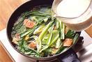 フライパンにごま油大さじ2を中火で熱し、しょうが、鮭、青梗菜、ねぎを順に入れて炒める。全体に油がなじんだら水1と1/2カップを注ぎ、鶏ガラスープの素と、塩小さじ1を加える。ひと煮立ちしたら、豆乳を加えてさっと混ぜ、そのまま弱火にかけておく。