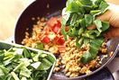フライパンにごま油大さじ2を弱火で熱し、豆板醤を入れて炒める。香りが立ったら、ひき肉を加えて中火にし、ほぐしながら炒める。肉の色が変わったら、パプリカ、小松菜を加えてさっと混ぜ、合わせ調味料を加えて強火にする。全体を混ぜながら手早く炒め、小松菜がしんなりとしたら火を止める。