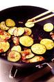 フライパンにオリーブオイルを中火で熱し、ベーコンを炒める。脂が出てきたら、なすを加えて炒め合わせる。スパゲティがゆで上がったらざるに上げ、湯をきってからフライパンに加える。さらにしょうゆ、酢各大さじ2、塩小さじ1/4を加えて全体にからめ、器に盛って削り節をのせる。