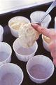 オーブンの天板に紙カップを並べる。生地を1/10量ずつスプーンですくい、人さし指で押し出すようにして紙カップに落とし入れる。180℃のオーブンで20~25分焼き、中央をかるく押さえてみて、弾力があれば焼き上がり。ケーキクーラーなどにのせて、粗熱を取る。