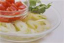 トマトはへたを取って2cm角に切る。セロリは茎と葉に切り分け、茎は筋を取って斜め薄切りにし、ボールに入れる。塩小さじ1/3をふってかるく混ぜ、10分ほどおいて水けを絞る。葉はざく切りにする。
