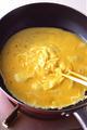チキンライスを炒めたフライパンをさっと洗い、ペーパータオルで水けを拭く。サラダ油小さじ2を入れて強めの中火にかけ、1分ほど熱する。卵液を一度に加え、すぐにフライパン全体に広げる。火の通りにくい中心だけを菜箸で手早くかき混ぜる。