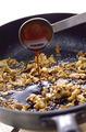 フライパンにサラダ油大さじ1を中火で熱して豚肉を入れ、ほぐしながら炒める。肉の色が変わったら、オイスターソース、酒大さじ1、砂糖小さじ1を順に加え、こしょう少々をふって炒め合わせる。