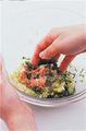 別のボールにひき肉、下味の材料を入れる。手でざっと混ぜ合わせ、かるくなじんだら肉をつかんでボールに何度かたたきつけ、粘りが出るまで練り混ぜる。白菜、にらを加えてさっと混ぜ、たねを作る。