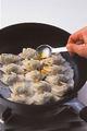 ふたを取って完全に水けをとばし、ごま油小さじ1を餃子に回しかける。