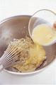 卵を溶きほぐす。ボールにアーモンドクリームの材料を入れてよく混ぜ合わせ、溶き卵を少しずつ加えながら混ぜる。コーンスターチ、グランマニエも加えて、そのつどよく混ぜ合わせる。