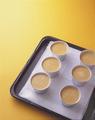 蒸し焼きにする。  天板にぬれぶきんを敷いて型を並べ、プリン液を等分に注ぐ。天板の深さの半分まで湯を入れ、140℃のオーブンで40~50分焼き、粗熱を取って冷蔵庫に入れる。いただくときに型からはずし(型とプリンの間に竹串を差し込み、ぐるりと一周させてからひっくり返す)、 黒みつ大さじ2~3をかける。