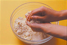 ボールに薄力粉、砂糖、ベーキングパウダーを合わせてふるう。バターを加えて指でつぶし、粉とバターをからめながら手のひらですり合わせ、ぽろぽろのそぼろ状にする。80gは表面に散らすクランブル用にとっておく。残りに牛乳を加え、ゴムべらでさっくりと混ぜ合わせる。